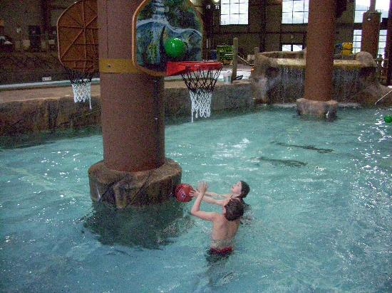 Hope Lake Lodge & Conference Center: Water basketball!