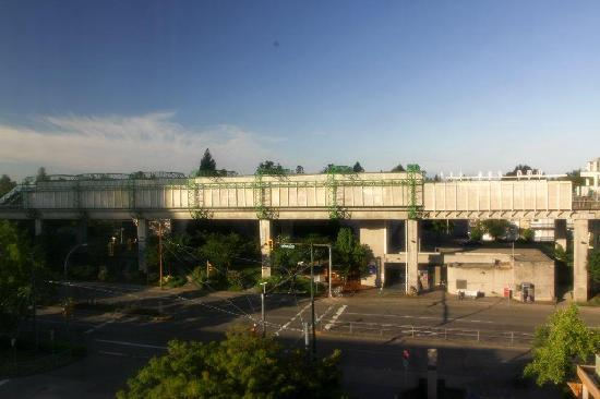Holiday Inn Express Hotel Vancouver Metrotown: View from my room. I enjoyed watching the people at night. So easy to get to work in the morning