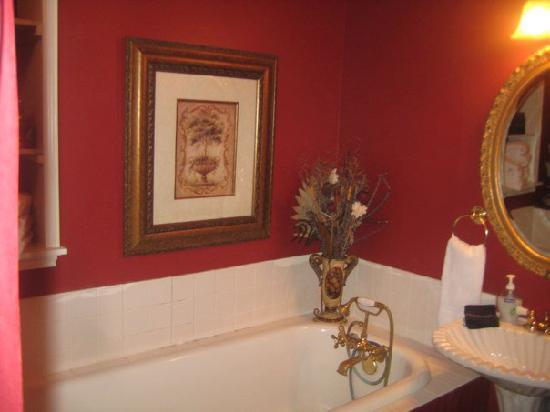 Inn on the Creek: bathroom