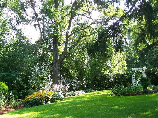 Brockamour Manor Bed and Breakfast: Backyard Gardens