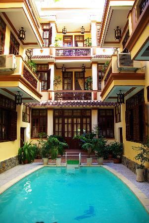 Nhi Nhi Hotel: Inside - built around the pool