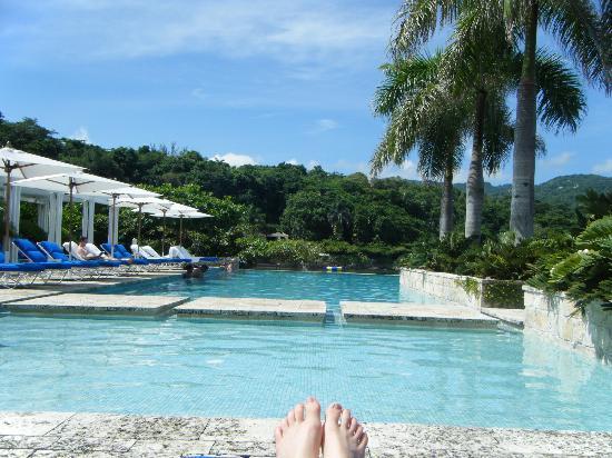 Round Hill Hotel & Villas: Infinity Pool
