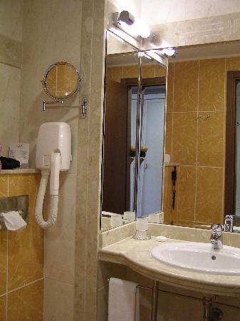 Helena Park Hotel: bathroom1