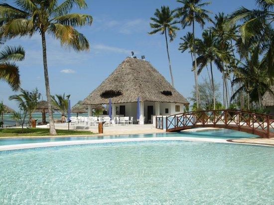 Uroa Bay Beach Resort: piscina e bar della spiaggia