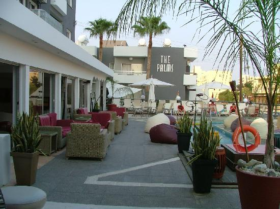 The Palms Hotel Apartments: The pool  area