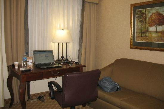 Country Inn & Suites by Radisson, Athens, GA : desk sofa