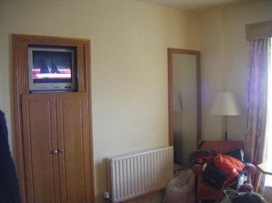 Hodson Bay Hotel : Very small Wardrobe