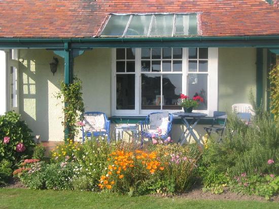 Cartref Guest House: Garden and Verandah