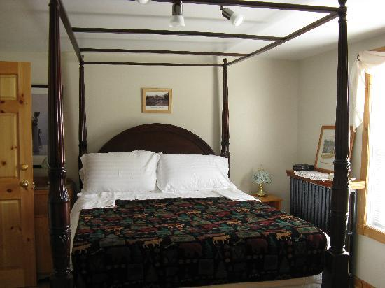 Baddeck Heritage House Bed and Breakfast: A View of the Baddeck Room