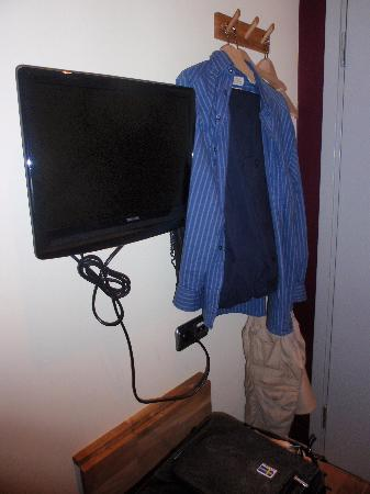 Rex Petit: place to hang clothes, and TV