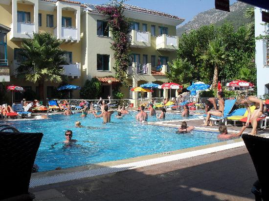 Montebello Deluxe Hotel: POOL VOLLEYBALL