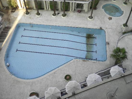 Siag Pyramids Hotel : Swimming pool being cleaned/re-grouted