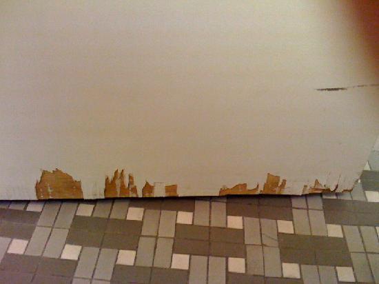 Palos Verdes Inn: bathroom door