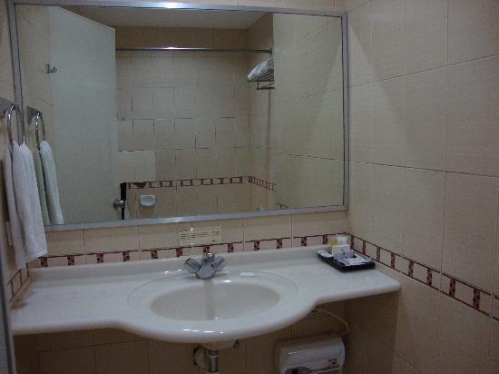 Golden Prince Hotel & Suites : plastic sink