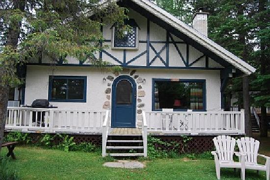 Val David, Canada: Just one of the cute cottages