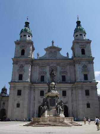 Salzburg Katedral: マリア様の頭に王冠が載っているように見えます。