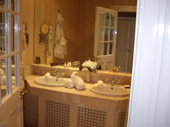 Hayfield Manor Hotel: Bathroom