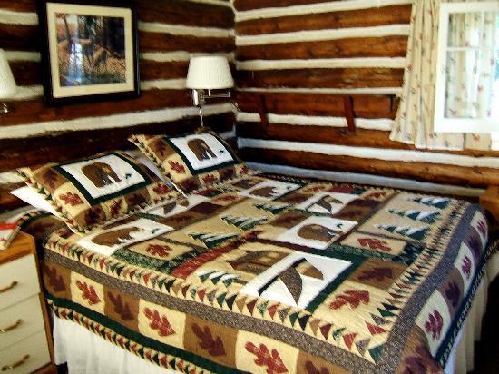 Dutch Lake Resort & RV Park: Comfy/cozy bed