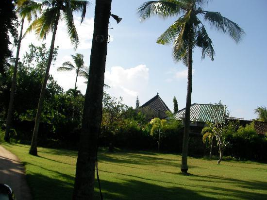 Jimbaran Alamanda Villa: ヴィラエントランスから。 ヴィラまでも広い庭が続きます。