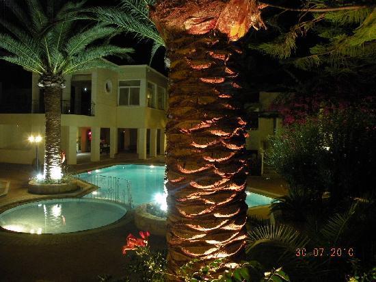 Kastalia Village & Saint Nikolas Hotel: NIgth-time garden
