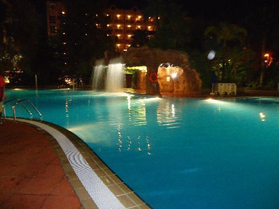 H10 Salauris Palace: piscina por la noche