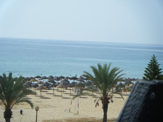 Yasmine Beach Resort: plage vu de l'hotel