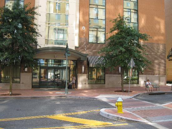 Hilton Garden Inn Arlington/Shirlington: Front Of Hotel Great Pictures
