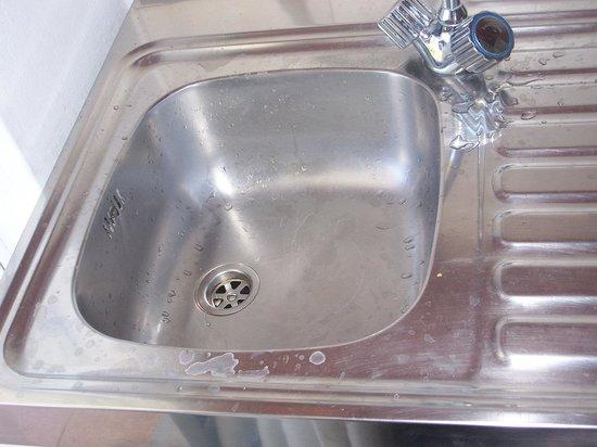 Achousa Hotel: Il lavandino sporco..
