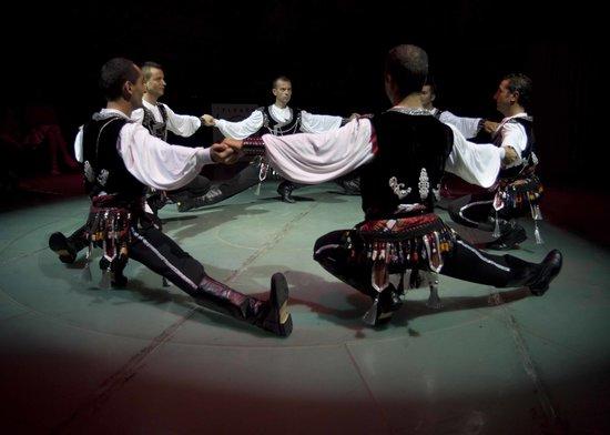 Hodjapasha Cultural Center: Very precise dancing