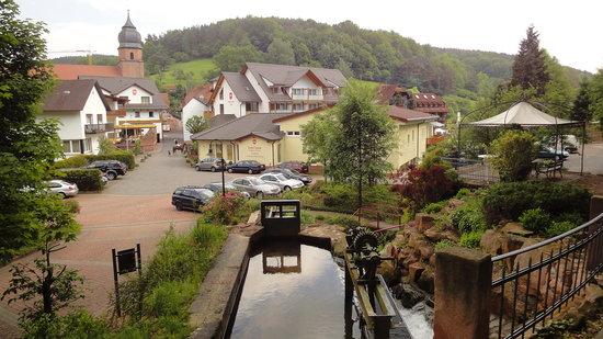 Heimbuchenthal, Alemania: Blick vom Parkplatz auf das Hotel