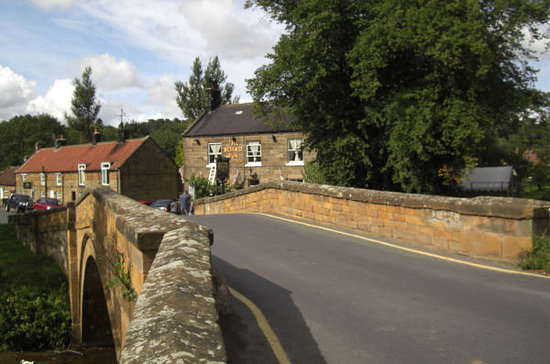 Lealholm, UK: View of the Inn from the bridge