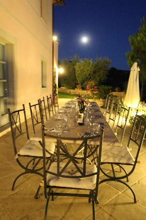Country House Villa Rey: Table set for outdoor dining