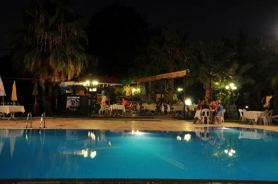 Sunprime Dogan Side Beach: Der Pool mit dahinter ersichtlichen Bar