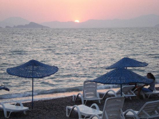Poppy Apartments: Sunset over Calis Beach