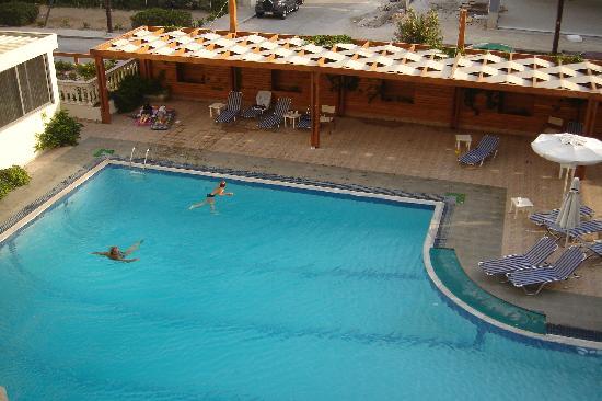 Lomeniz Hotel: piscine