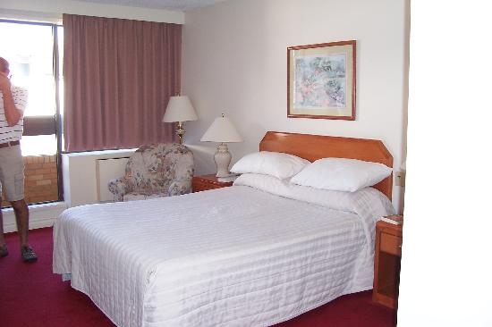 Embassy Inn: comfortable roomy standard room