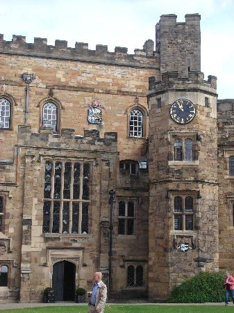 Durham Castle : The showers & toilets are in the turrett on the right!
