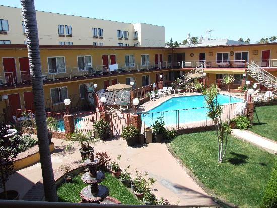 Americas Best Value Inn & Suites: Nice pool and grounds