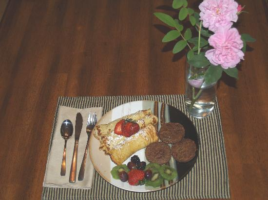 Akins Acres Bed and Breakfast : Apple/pecan crepes, yum!