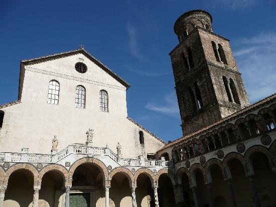 Салерно, Италия: サレルノのドゥオーモと鐘楼