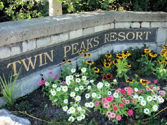 Twin Peaks Resort: Welcome sign
