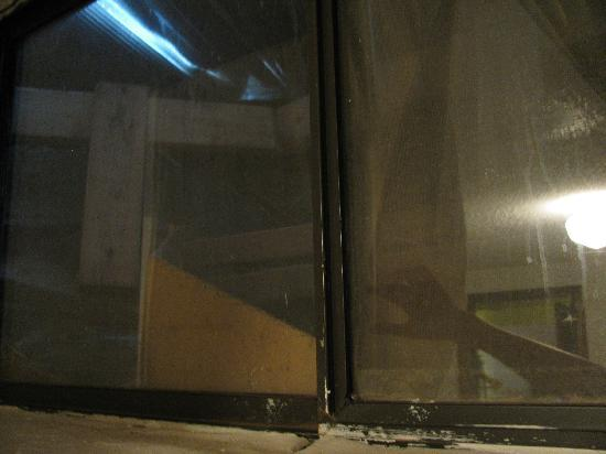 Econo Lodge: Back Bedroom Window with Backfill - Unsafe