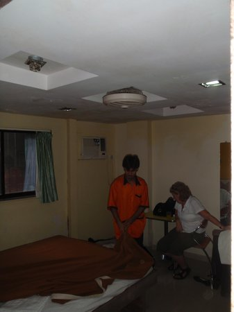 OYO 8311 Hotel Galaxy Residency: Staff entering room