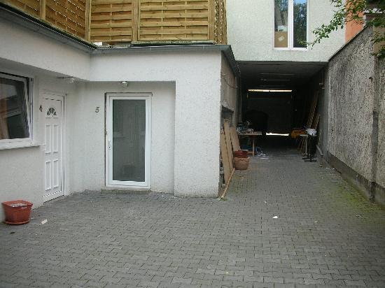 Hotel Budapester Hof: acceso a la habitacion junto al parking