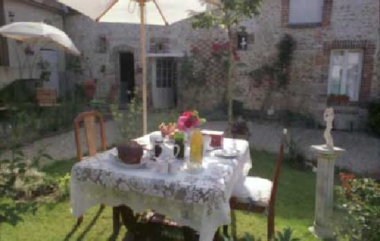 Villeneuve-sur-Yonne, Frankrig: Petit déjeuner jardin
