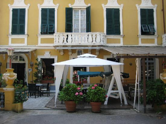 Hotel Mediterraneo: Front of the hotel