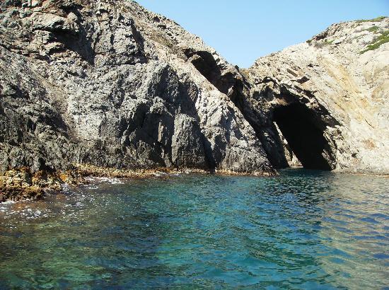 Cadaques, Espagne : grutas en la ruta en bote de Salvador Dalí