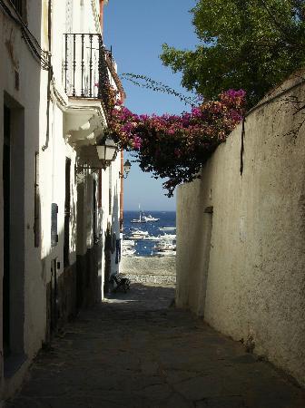 Cadaques, Spagna: una de las calles de la ciudad