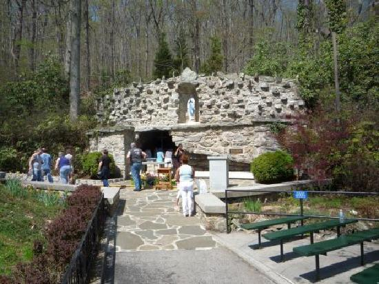 Emmitsburg, Мэриленд: Grotto of Lourdes - Our Lady of Lourdes Statue (1875)