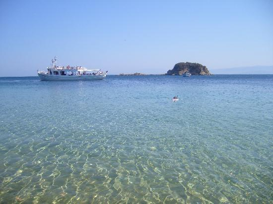 Muses Hotel: Troulas beach...15 mins away on the bus!
